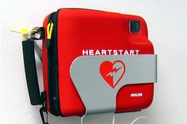 Defibrillator hängt an einer Wand