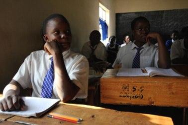 Afrikanische Kinder sitzen in einer Schulklasse